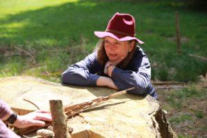 Katja Dienemann coacht bei der Weiterbildung zum zertifizierten Integrativen Naturcoach mit Natursymbolen