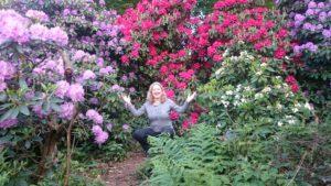 Gruppen-Naturcoaching inmitten von blühendem Rhododendron bei Heidelberg
